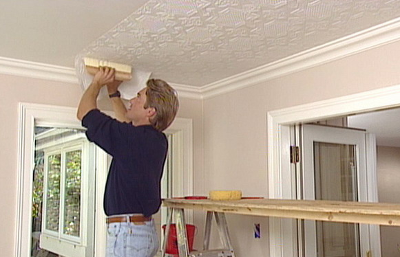 Чем красят потолки в квартире