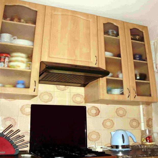 Как установить плоскую вытяжку на кухне