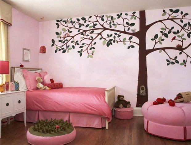 Украшающее стену дерево